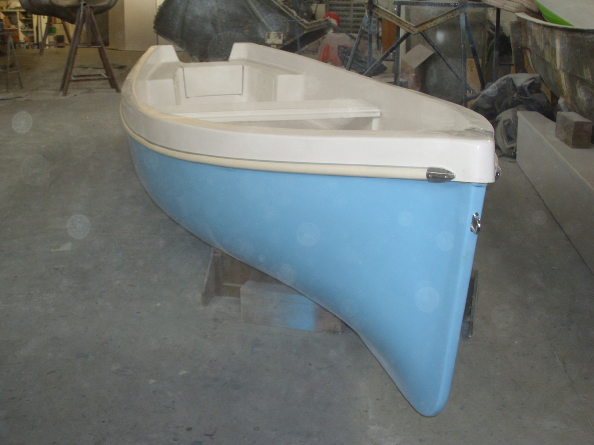 Piccola barca in vetroresina