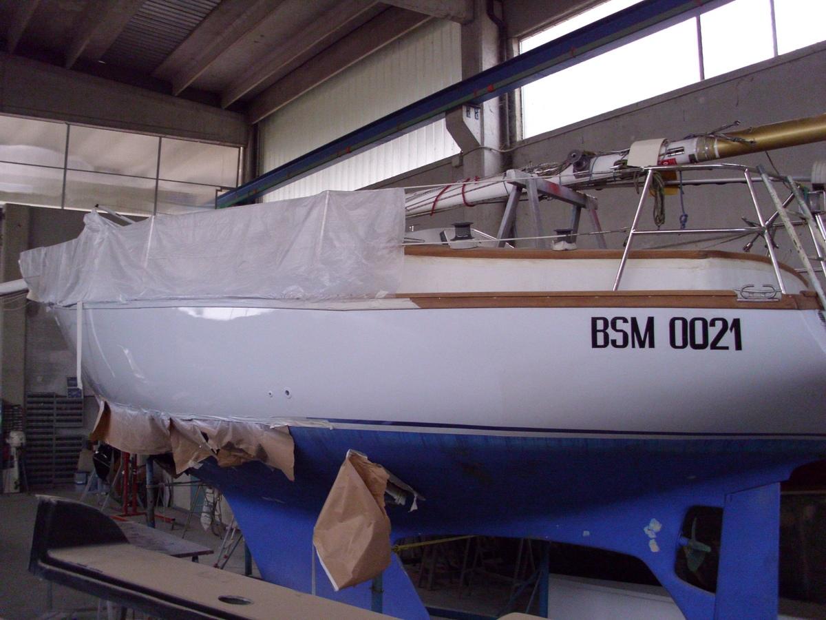 Riparazione barca a vela in vetroresina