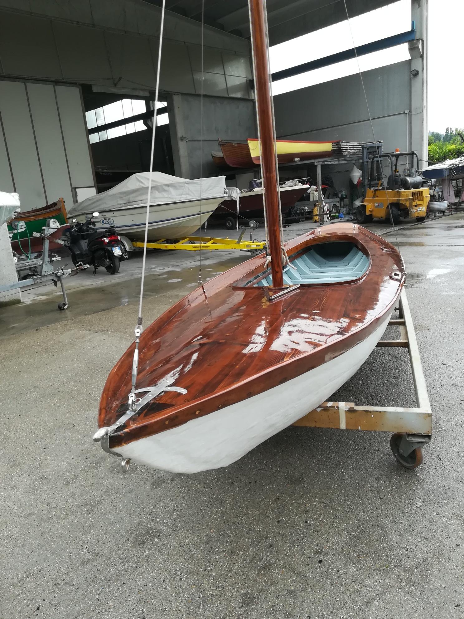 Riparazione barca a vela in legno